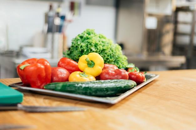 Вид спереди лотка со свежими овощами Бесплатные Фотографии