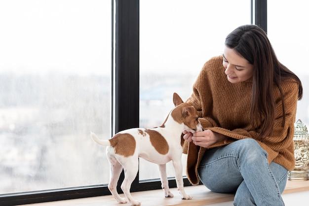 Вид спереди женщины и ее собаки с копией пространства Бесплатные Фотографии