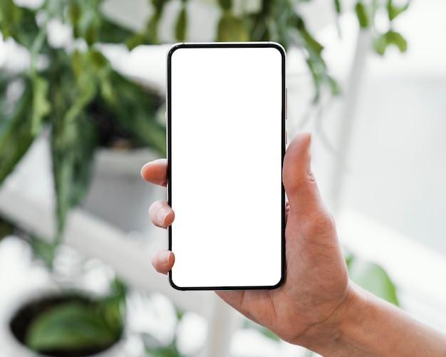 コピースペースでスマートフォンを保持している女性の正面図 無料写真