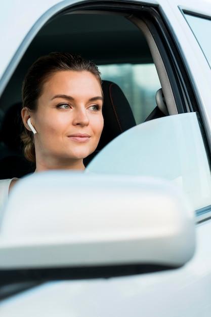 Вид спереди женщины в личном автомобиле Бесплатные Фотографии