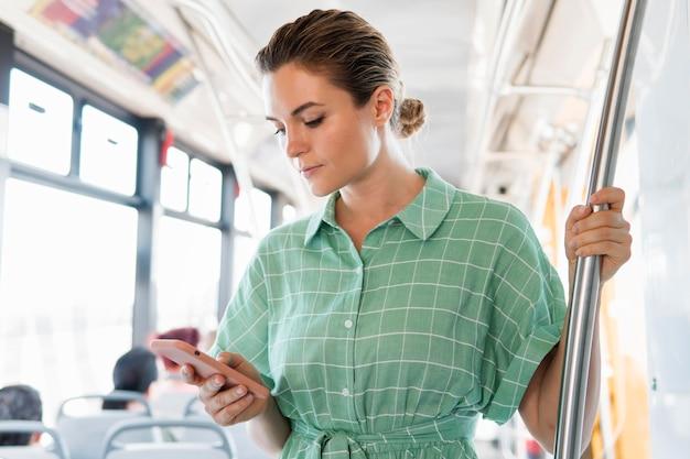 公共交通機関の女性の正面図 無料写真