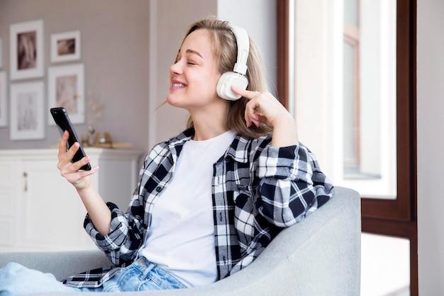 Вид спереди женщины, слушая музыку Бесплатные Фотографии