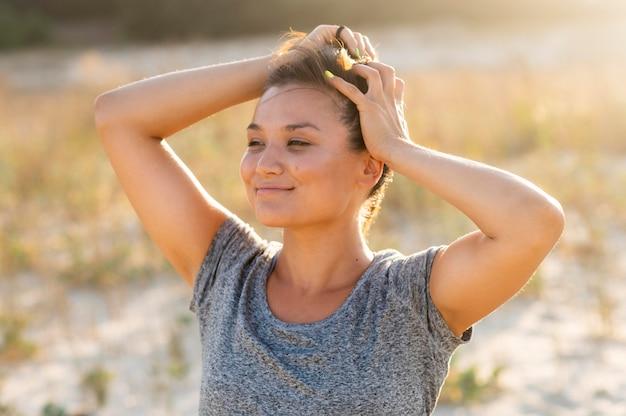 Вид спереди тренировки женщины на пляже Бесплатные Фотографии