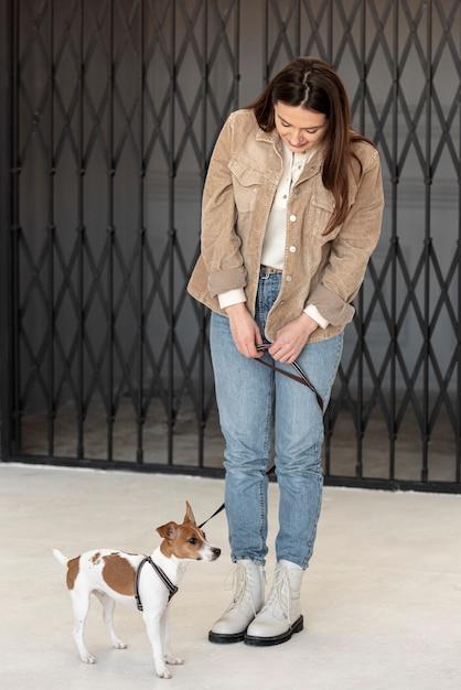 Вид спереди женщины с собакой на поводке Бесплатные Фотографии