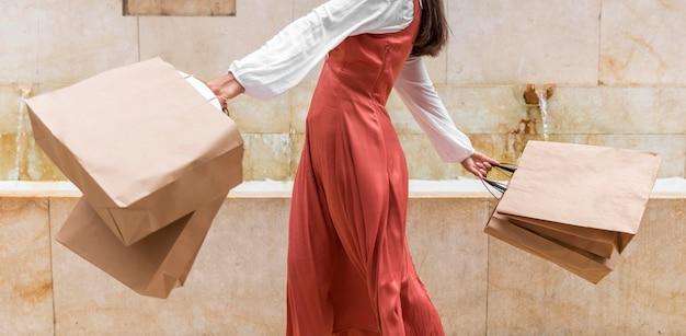 쇼핑백과 여자의 전면보기 프리미엄 사진