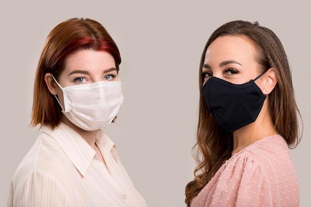 Вид спереди женщин с концепцией маски для лица Premium Фотографии