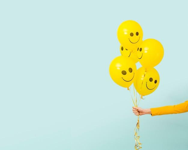 복사 공간 노란 풍선의 전면 모습 프리미엄 사진