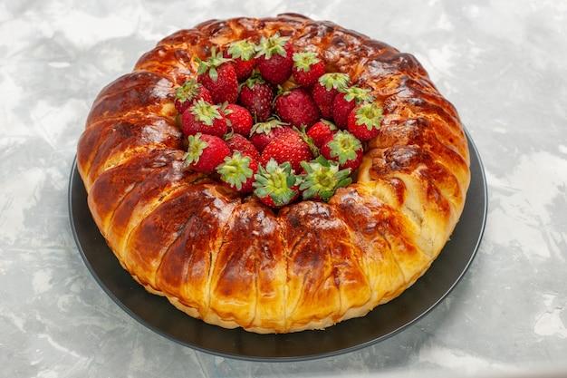 白いテーブルの上に新鮮な赤いイチゴとおいしいストロベリーパイの正面図 無料写真