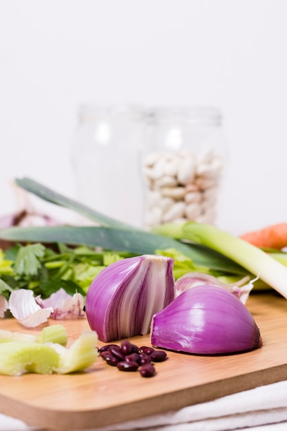 Front view of onion on chopping board with beans Free Photo