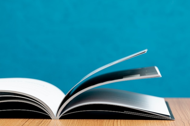 Libro aperto di vista frontale sulla tavola di legno Foto Gratuite
