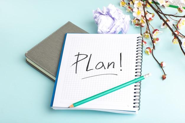 青い表面に鉛筆と花で正面図オープンコピーブック 無料写真