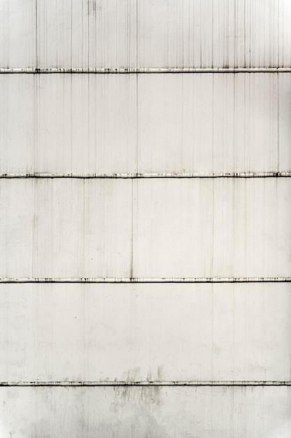 Vista frontale all'aperto muro bianco con linee orizzontali Foto Gratuite