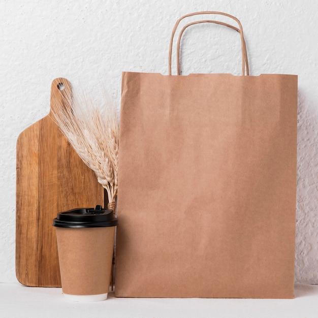 Вид спереди упакованные хлебобулочные изделия и чашка кофе Бесплатные Фотографии