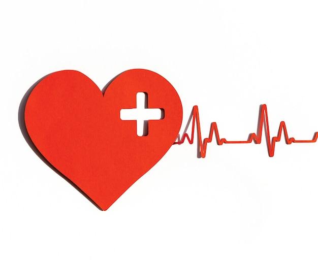 Vista frontale del cuore di carta con battito cardiaco per la giornata mondiale del cuore Foto Gratuite