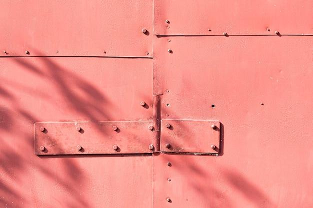 正面図パステルレッドの金属製の壁 Premium写真