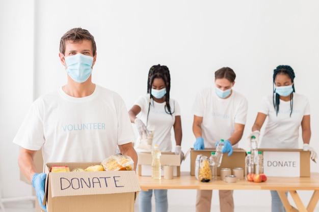 Люди вид спереди просят пожертвования Бесплатные Фотографии