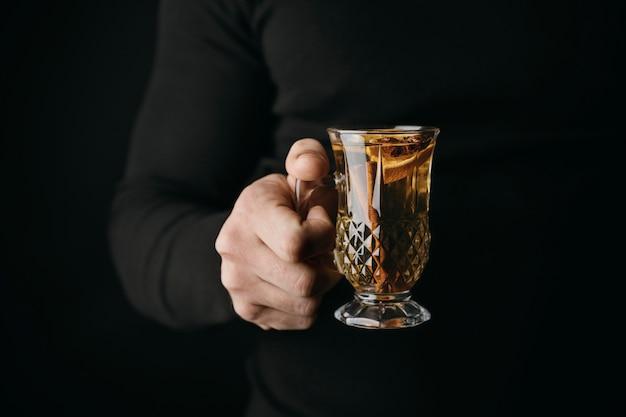 Persona di vista frontale che tiene vetro con bevanda invernale Foto Gratuite