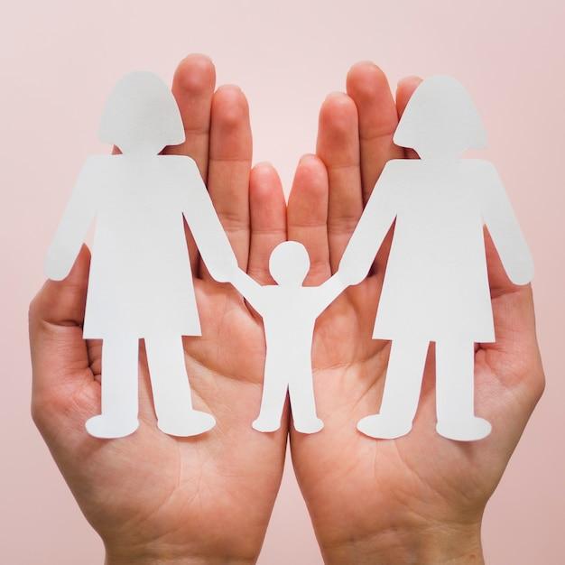 かわいい紙lgbt家族の手で保持している正面図人 無料写真