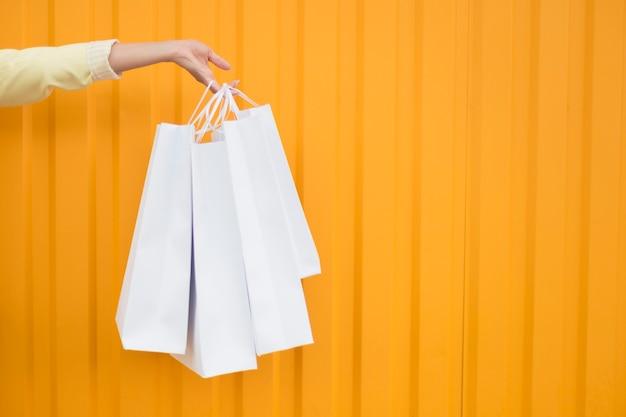 흰색 쇼핑백 복사 공간을 들고 전면보기 사람 무료 사진