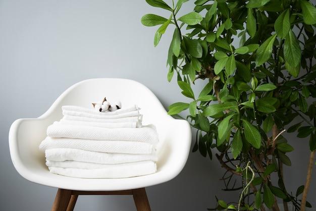 Вид спереди ворсом полотенец на стул Premium Фотографии