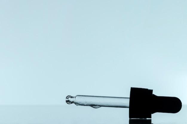 Vista frontale della pipetta con liquido e copia spazio Foto Gratuite