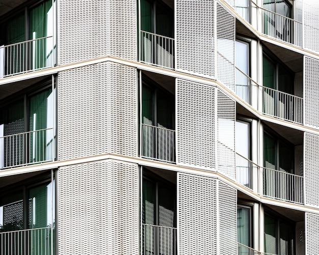 Vista frontale della struttura in cemento armato della città Foto Gratuite