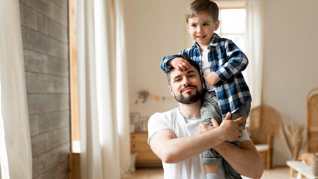 Портрет вид спереди счастливого отца и сына Бесплатные Фотографии