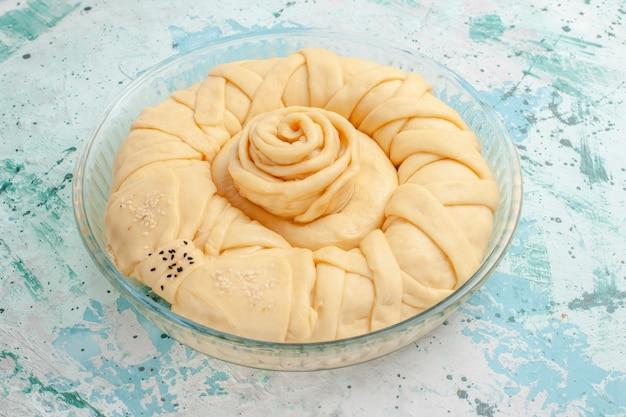 Pasta per torta cruda vista frontale rotonda formata sul dolce del biscotto torta torta di superficie blu Foto Gratuite