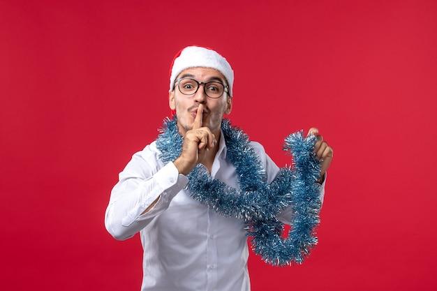 赤い机のクリスマスの人間の休日で新年を祝う正面図通常の男性 無料写真
