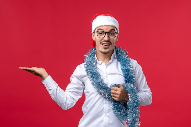 赤い床の人間の休日のクリスマスに新年を祝う正面図通常の男性 無料写真