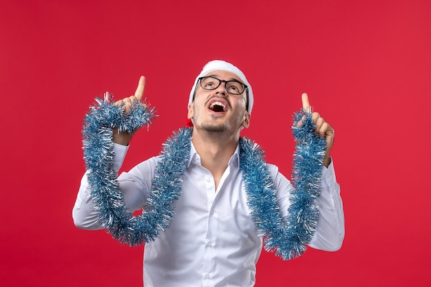 赤い壁の人間の休日のクリスマスに新年を祝う正面図通常の男性 無料写真