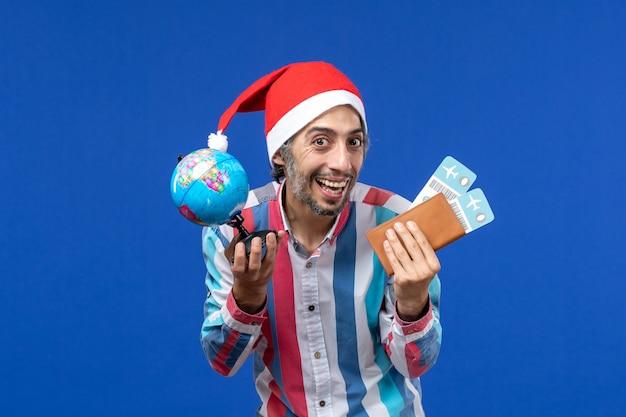 파란색 벽 감정 휴일 새해에 글로브와 티켓 전면보기 일반 남성 무료 사진