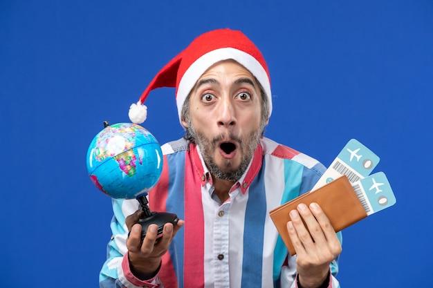파란색 벽 감정 휴일 새 해에 글로브와 티켓 전면보기 일반 남성 무료 사진
