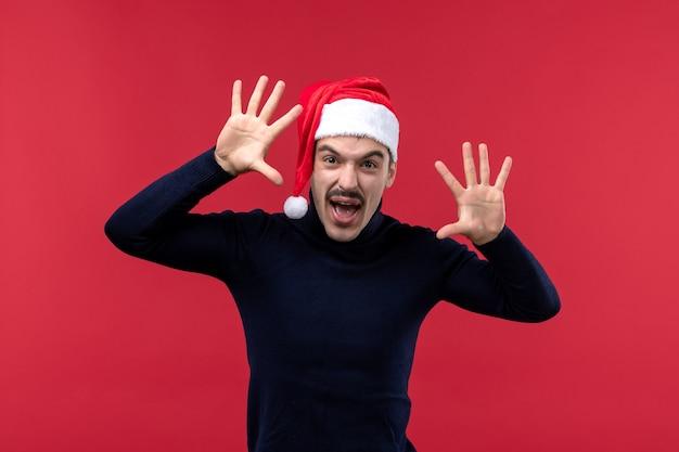 赤い背景に怖い表情で正面図通常の男性 無料写真