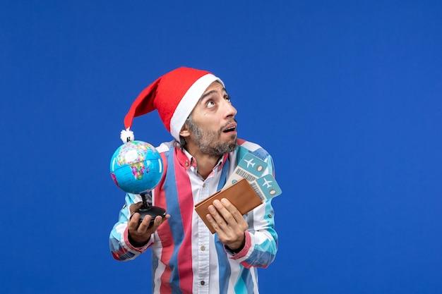 파란색 벽 휴가 감정 새해에 티켓과 글로브와 함께 전면보기 일반 남성 무료 사진