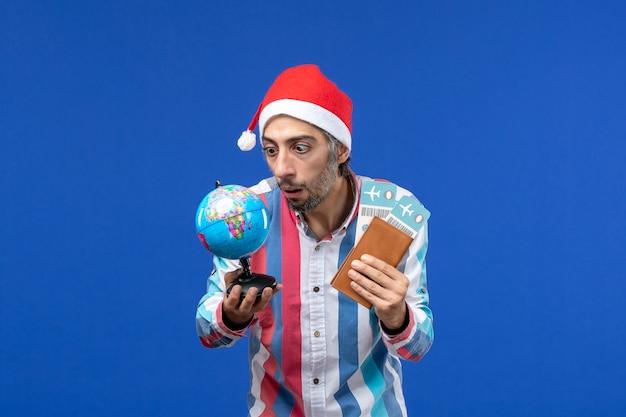 파란색 책상 감정 휴일 새해에 티켓과 글로브와 함께 전면보기 일반 남성 무료 사진