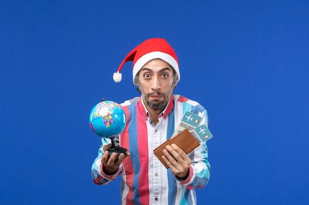 파란색 책상 휴일 감정 새해에 티켓과 글로브와 함께 전면보기 일반 남성 무료 사진