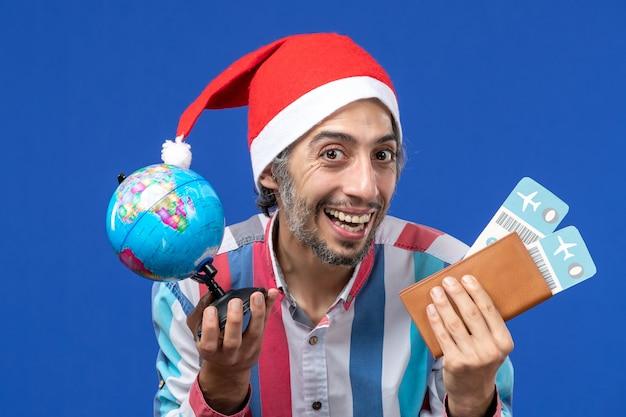파란색 벽 감정 휴일 새해에 티켓과 글로브와 함께 전면보기 일반 남성 무료 사진