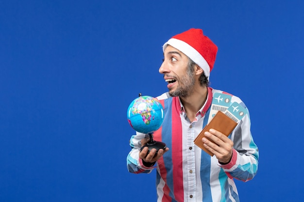 파란색 벽 휴가 색 새해에 티켓과 글로브와 함께 전면보기 일반 남성 무료 사진
