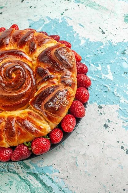 正面図水色の表面に新鮮な赤いイチゴとおいしいパイの周りパイペストリーケーキシュガークッキー甘い 無料写真