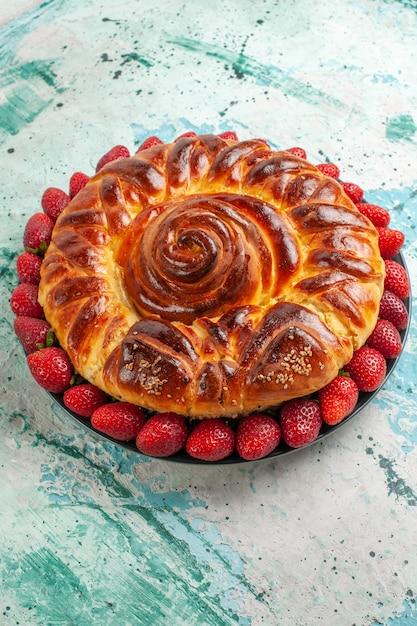 밝은 파란색 표면 파이 과자 반죽 설탕 쿠키 달콤한에 신선한 빨간 딸기와 맛있는 파이 라운드 전면보기 무료 사진