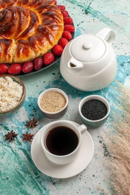 밝은 파란색 책상 파이 과자 반죽 설탕 쿠키 비스킷 달콤한에 신선한 딸기와 전면보기 라운드 맛있는 파이 무료 사진