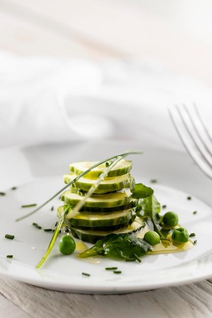 Insalata di vista frontale di cetrioli su un piatto bianco Foto Gratuite