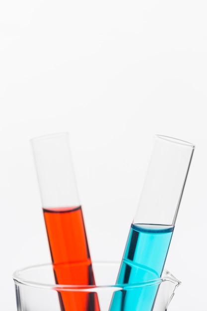 Composizione di elementi scientifici di vista frontale in laboratorio con spazio di copia Foto Gratuite
