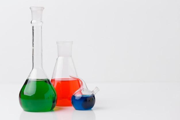 Elementi scientifici di vista frontale con disposizione di sostanze chimiche con spazio di copia Foto Gratuite
