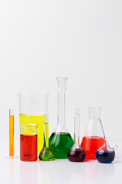 화학 물질 배열이있는 전면보기 과학 요소 무료 사진