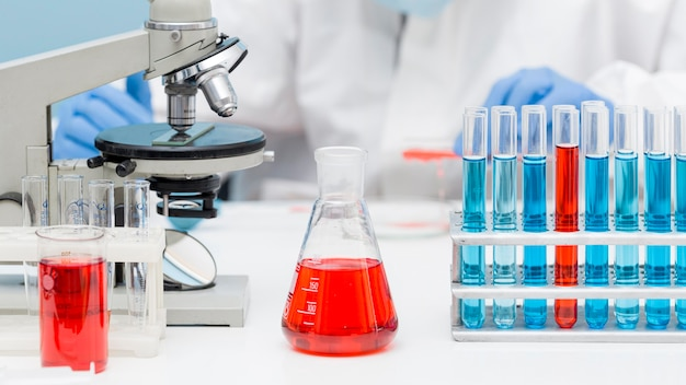 Ученый вид спереди, работающий с химическими веществами Premium Фотографии