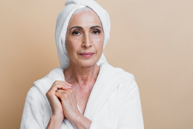 バスローブで正面の年配の女性 無料写真