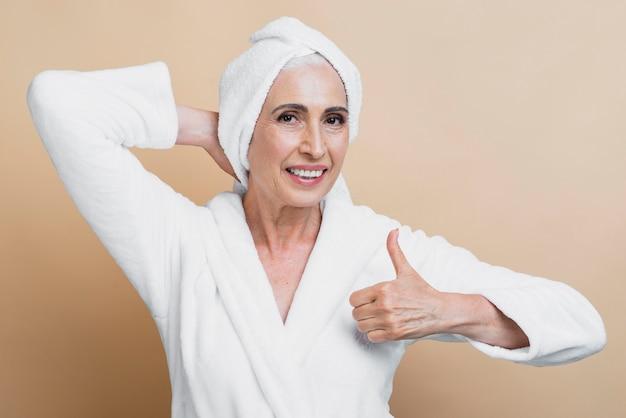 親指アップと正面の年配の女性 無料写真