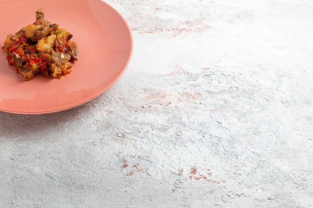 전면보기 흰색 표면에 접시 안에 소스와 함께 요리 된 고기를 슬라이스 무료 사진